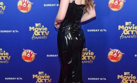Lily Collins lộ thân hình cò hương trong bộ váy nhựa